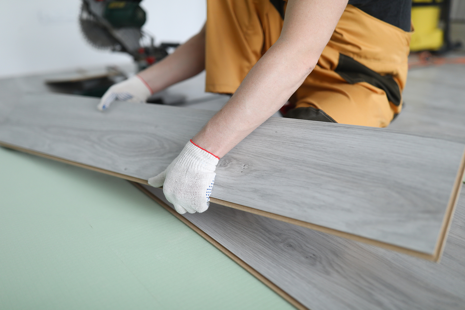 Profesional timber floor installer in Sydney working on an apartment